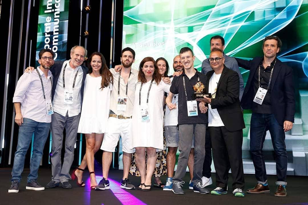 הצוות של מקאן על במה בקבלת הפרס