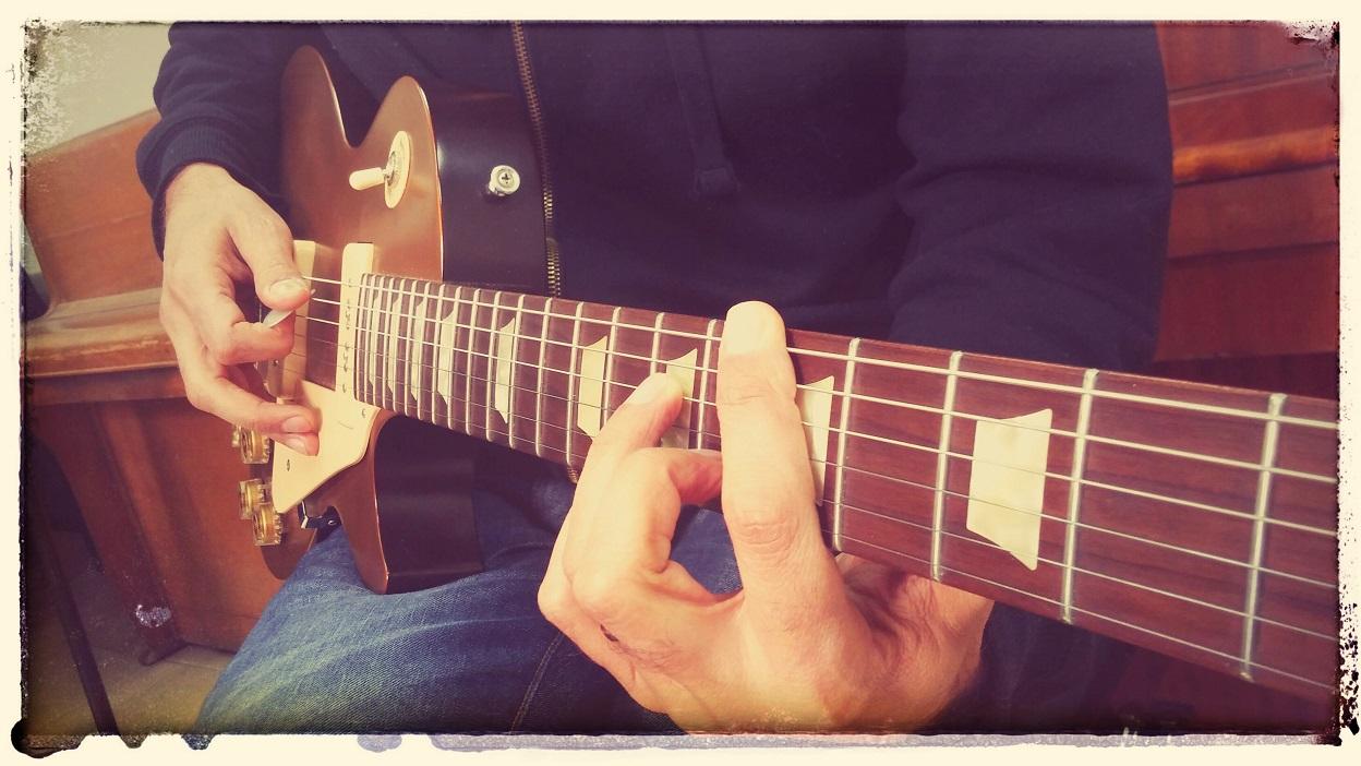 ידיים מנגנות בגיטרה