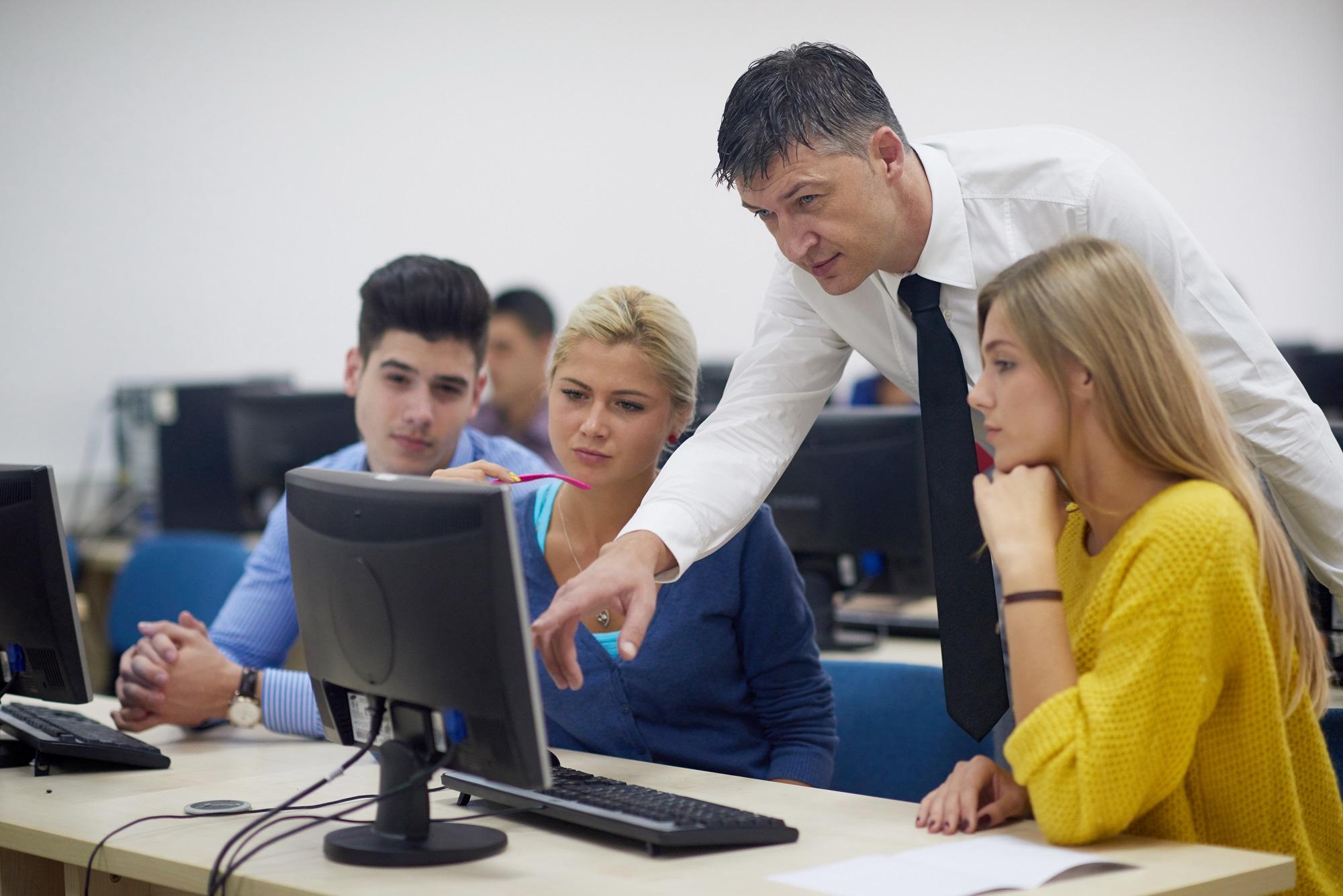 סטודנטים בכיתת מחשבים עם מורה