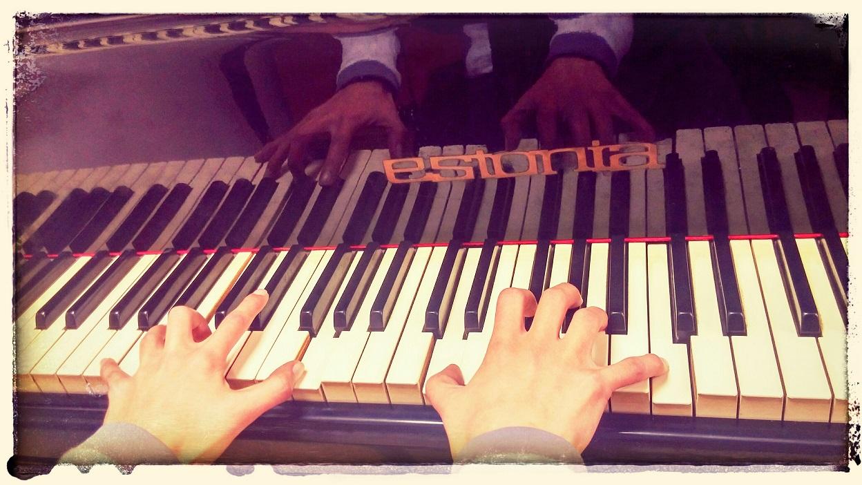 ידיים מנגנות בפסנתר