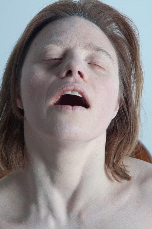 צעירה עם תסמונת דאון, עוצמת עיניים, מתענגת