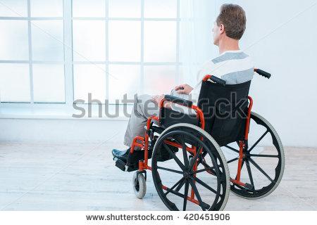 תמונה מאתר SHUTTERSTOCK - אדם יושב בכיסא גלגלים ומביט החוצה מהחלון